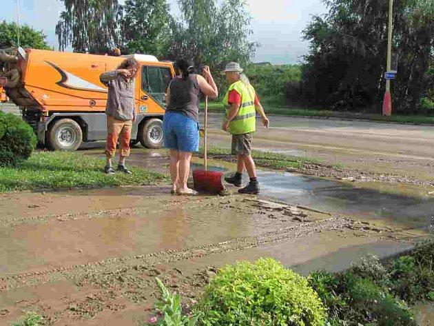 Táborskou Soví ulici zaplavilo bahno z pole.