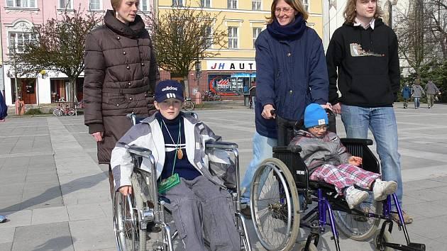 Jízdu na vozíku si také vyzkoušeli Šimon Svoboda(vlevo) a Honzík Svoboda.