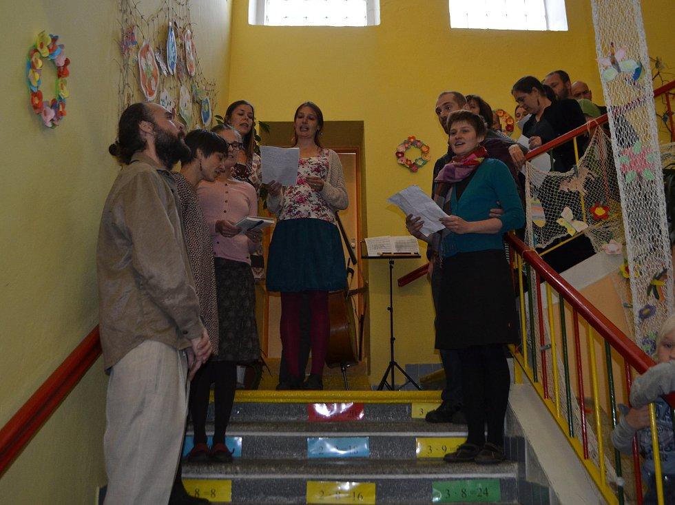 Slavnostní otevření waldorfské základky v Ratibořských Horách provázel zpěv i hojná účast.