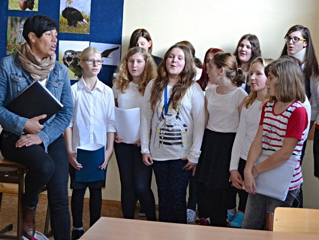 Eva Emingerová s dětmi při zkoušce koled.