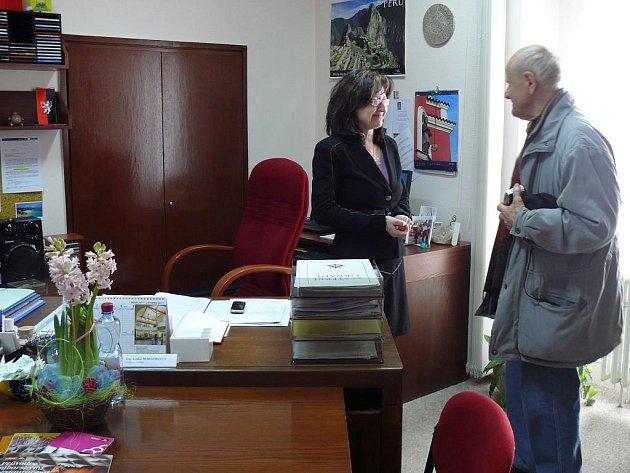 Místostarostka Lenka Horejsková ochotně provádí návštěvníky po své  kanceláři.