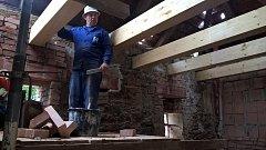 Přestavba bývalého domku panského zahradníka na startovací byt je v plném proudu.