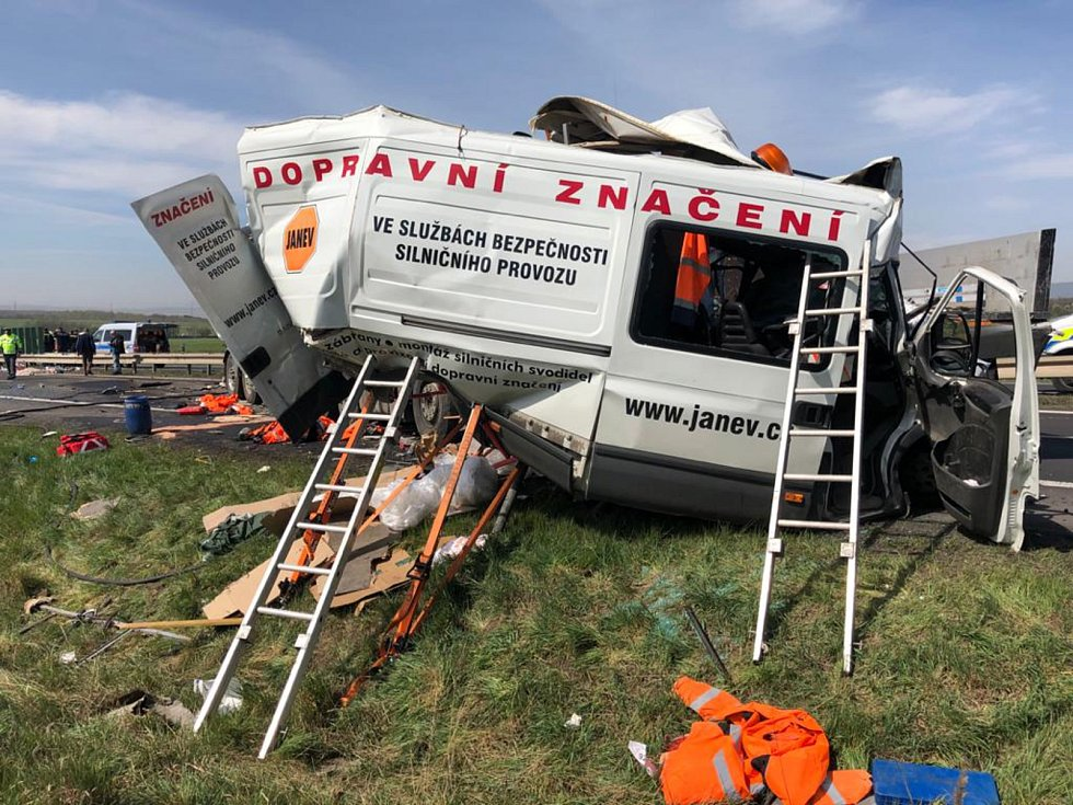 Dopravní nehoda na Teplicku si vyžádala tři oběti. Muži pracovali pro plánskou firmu zabývající se dopravním značením. Čtvrtý pracovník skončil v nemocnici.