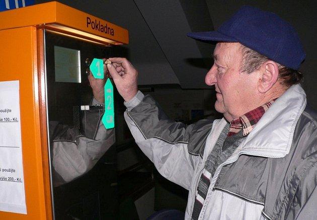 PLATBA V NEMOCNICI. V táborské nemocnici jsou k dispozici dva automaty. Včera si jeden z nich vyzkoušel i Jaroslav Mašek z Krátošic. Lidem nevyhovují, že jsou oba v jedné budově.