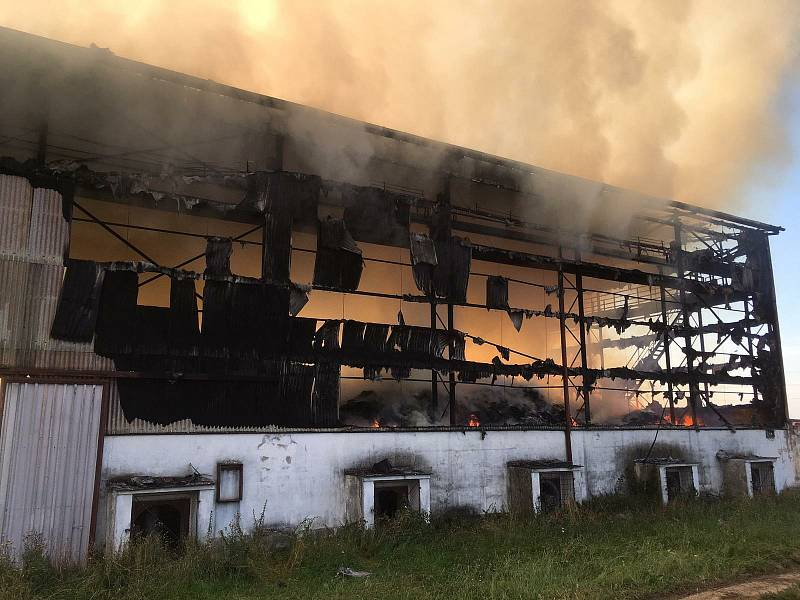 Velkoobjemový sklad sena a pícnin v Táboře-Měšicích zachvátil ve středu v ranních hodinách požár. Škoda je přes milion korun.