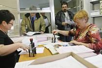 FINANČNÍ ÚŘAD. Stovky lidí nechávají odevzdání daňového přiznání na poslední chvíli