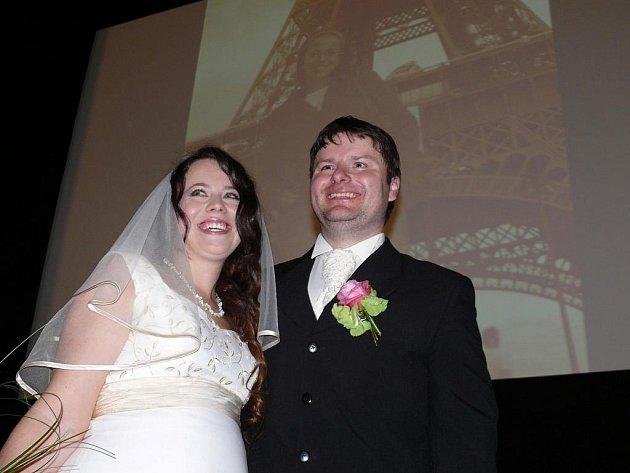 Novomanželé si řekli své ano před promítacím plátnem.