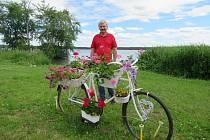 Jarmila a Pavel Šonkovi umístili svůj zdobený bicykl nedaleko horusického vodníka.