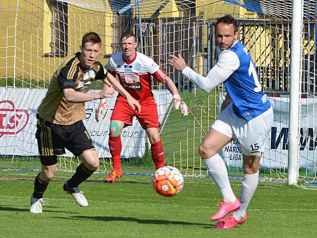Ze zápasu se Znojmem. Vpravo Antonín Presl z FC MAS Táborsko.