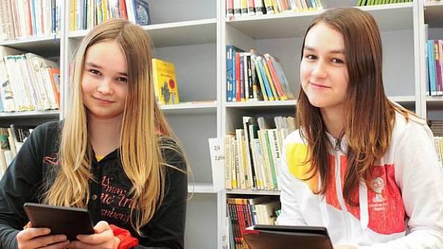 Studenti si oblíbili elektronické čtečky knih.