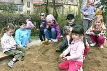 ANI CHVILKU SE NENUDÍ. Včerejší slunný den vyhnal na pískoviště i děti z Mateřské školy Kollárova Tábor. Pokud to prostory dovolí, přijmou tady školáčky mladší tří let.