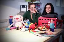 Pořadatelky Petra Bradová (vlevo) a Barbora Růžičková již podruhé míří do táborské Střelnice s netradičními hračkami od různých výrobců.