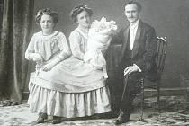 SE SYNEM FRANTIŠKEM. Rosálie a Josefa Blažkovy v roce 1910 porodily syna Františka. Matkou byla Rosálie.  S tím, kdo byl jejich otcem, se nikdy nesvěřily. Spekuluje se, že jím byl jejich impresário  (na snímku). Oválný snímek zachycuje sestry  jako malé.