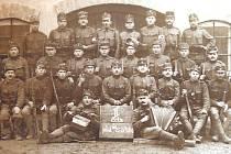 V ARMÁDĚ. Josef Slavíček  s ostatními vojáky z 1. světové války.  Na snímku sedí  v první řadě, druhý zleva.