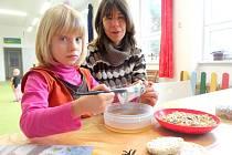 Šestileté Anetce s výrobou krmítka pomáhala její maminka Jana a práce jim šla pěkně od ruky.