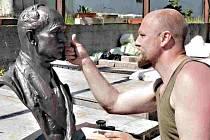 Sochař Matouš Holý při práci na bustě.