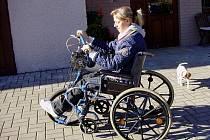 Mladá žena si na novinku zvykla rychle. Vyklubala se z ní přímo bravurní řidička.