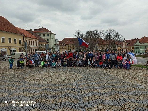 Vneděli 18.dubna se kolonou zČeských Budějovic až do Tábora vydalo přes 60vozidel během manifestu Jízda svobody. Na snímku účastníci na náměstí vBechyni.