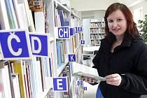 MEZI REGÁLY. Kateřina Blažková z Radimovic u Želče navštěvuje knihovnu i několikrát v týdnu. Shání zde studijní materiál. Včera například publikace o lékařství.