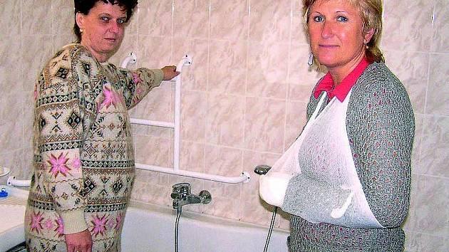 PROBLÉMY V BYTECH. Nevidomá Pavla Novotná (vlevo) ukázala místostarostce Zuzaně Pečmanové, jak nelogicky má namontované madlo ve vaně, místo které by měla mít sprchový kout.