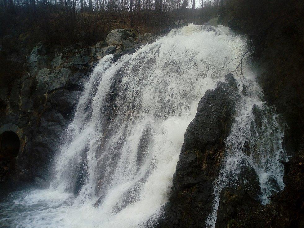 Vydatný déšť z pátku na sobotu dodal sílu také táborskému vodopádu z údolní nádrže Jordán.