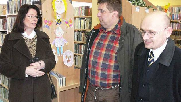 Starosta Mladé Vožice Jaroslav Větrovský (vpravo) v diskusi s místopředsedkyní PS Miroslavou Němcovou.