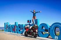 Metr a půl vysoká Dominika na ještě menší motorce se vydala sama vstříc dobrodružství.