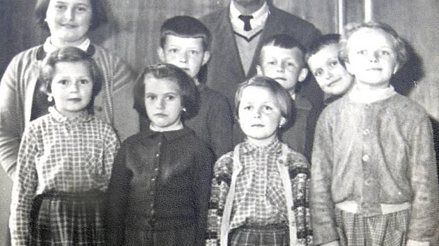 Posledním učitelem v Oltyni byl Karel Vokroj. Učil i Vlastu Stejskalovou (druhá zleva).