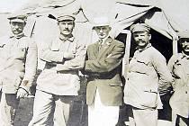 František Vokroj se při cestě z ruské fronty podíval jako legionář do Ameriky. Na snímku druhý zprava.