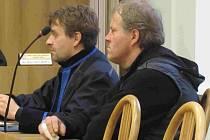 Pavel Hájek (vpravo) s advokátem Janem Procházkou.