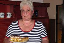 VYNÁLEZ. Z jablečné mouky peče Jana Butalová z Chýnova dorty, vafle, ovocné koláče i placičky. Všechno chutná skvěle a navíc je to zdravé a dietní.