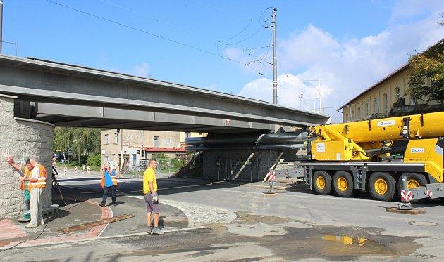 Nová lávka pro pěší a cyklisty vede souběžně s železničním mostem, který někteří lidé i přes zákaz vstupu k překonání křižovatky u Černých mostů doposud využívali.