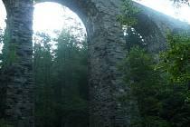 Železniční viadukt, okolo kterého vede naučná stezka