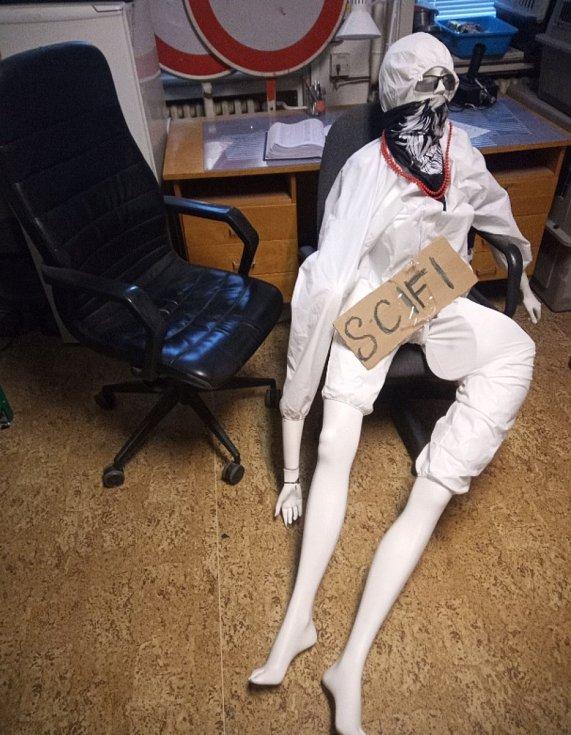 Figurína ze schodů u táborské Střelnice skončila na městské policii.