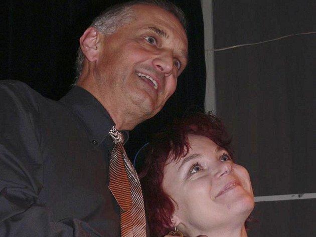 SETKÁNÍ. David Vávra pozval na pódium čerstvého nováčka FESTu 2004 Andreu Koblasovou, která jako jediná z členů sdružení  představení Piš, Kafka, piš viděla.