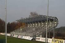 Takto vypadala část nové tribuny v závěru loňského roku. Nyní už jsou poslední úpravy ve finiši, ale chybějící sedačky její zpřístupnění pozdrží.