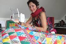 U šicího stroje, s jehlou a nůžkami nebo s pletacími jehlicemi v ruce je Ivana Hrdličková šťastná. Vědí to o ní i její děti, a tak nechávají maminku v klidu pracovat.