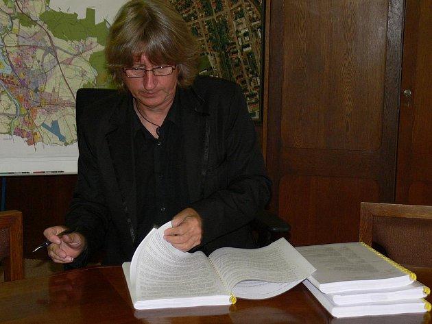 Starosta Jiří Fišer při podpisu smlouvy.