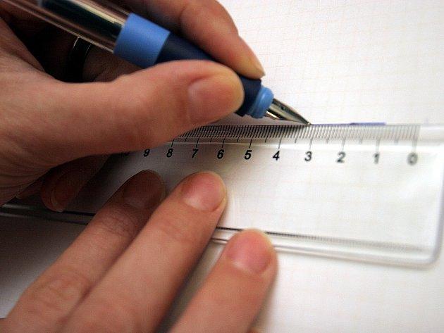 Tužka při psaní by měla směřovat vždy k rameni a nikoli od něj. Pak mohou bez problémů psát i obyčejným Tornádem, které používají praváci.