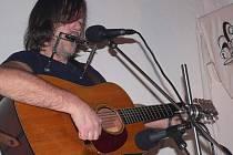 Pepa Nos zazpíval v sobotu v Housově mlýně