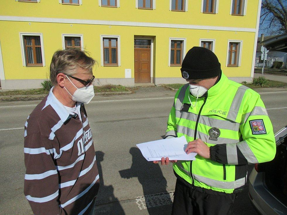 Policejní kontroly na hranicích Táborska a Jindřichohradecka se v pondělí 1. března uskutečnily bez problémů. Podle zasahujících policistů byli řidiči připraveni a disponovali alespoň čestným prohlášením.