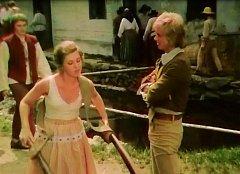 Marjánka (Naďa Konvalinková) a Honza (Jiří Korn) před Svatošovým statkem na Ounuzi poté, co bubeník Josef Kemr oznámil, že se hledá zachránce pro princeznu, která nemluví.