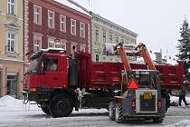 Odvoz sněhu pokračoval i v neděli.
