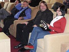 Pohodlnost interiéru kina si přišel vyzkoušet i sám jeho autor Jaromír Kročák.