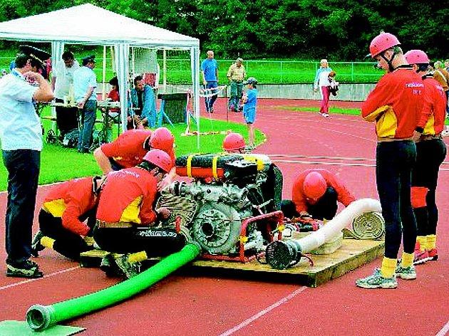 SDH DVORCE POŘÁDÁ první seriál Táborské hasičské ligy 26. května na své půdě, a sedmý ročník hasičské soutěže o pohár SDH Dvorce. Na snímku záběr z Extraligy České republiky 2005 požárního sportu.