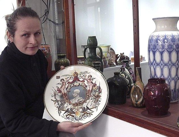 Vedoucí depozitáře Zuzana Šimonová ubudoucí expozice keramiky zdílen odborné školy keramické.