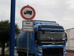 Podle zjištění redakce mnoho řidičů kamionů na parkovišti u OD Tesco v Karviné porušují zákaz vjezdu. Policie ale tvrdí, že nemůže řidičům prokázat že nejsou dopravní obsluha.