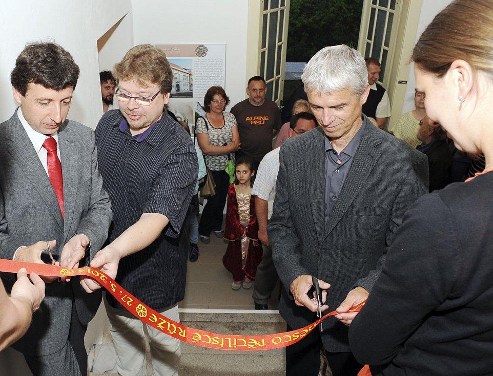 ZAHÁJENÍ. Slavnostního přestřižení pásky nové expozice se ujali (zleva) Daniel Abazid (vedoucí Blatského muzea), Jakub Smrčka (ředitel Husitského muzea) a Jindřich Bláha (starosta města).