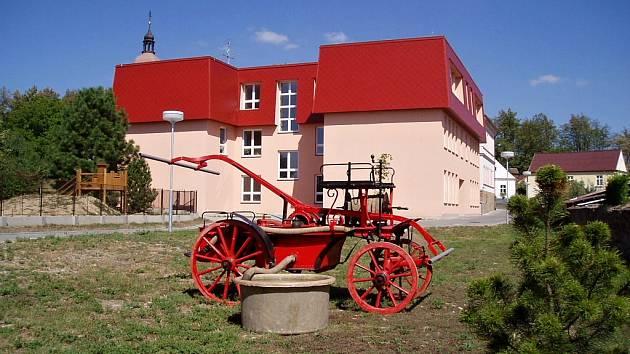 Škola v Chotovinách dostavená v roce 2003.