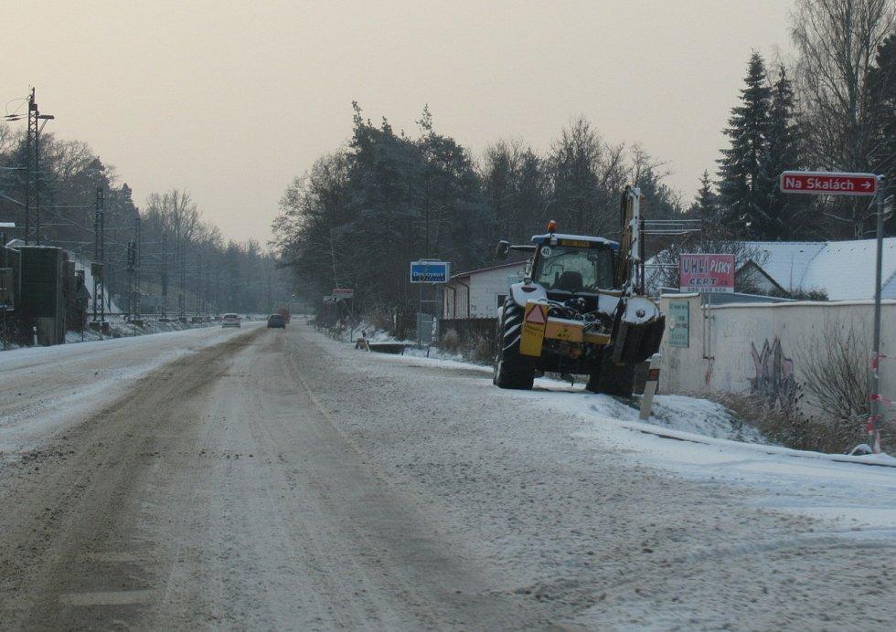 Ve čtvrtek 3. prosince na komunikacích působil komplikace čerstvě napadaný prašan. Takto to vypadlo na Táborsku mezi Planou nad Lužnicí a Košicemi.